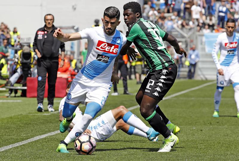 Sassuolo's Alfred Duncan, right, challenges Napoli's Elseid Hysaj during their Serie A soccer match, at the Mapei Stadium in Reggio Emilia, Italy, Sunday, April 23, 2017. (Elisabetta Baracchi/ANSA via AP)