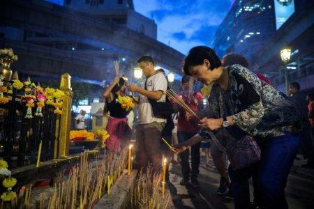 FILE PHOTO: Tourists pray at Erawan Shrine, a Hindu shrine popular among tourists in central Bangkok, Thailand, October 16, 2017. REUTERS/Athit Perawongmetha/File Photo