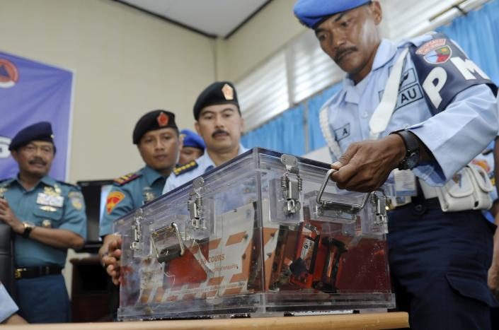 Indonesian military policemen carry the flight data recorder from AirAsia QZ8501 into a media briefing at the airbase in Pangkalan Bun, Central Kalimantan January 12, 2015 in this photo taken by Antara Foto. Indonesian navy divers retrieved the black box flight data recorder from the wreck of an AirAsia passenger jet on Monday, a major step towards investigators unravelling the cause of the crash that killed all 162 people on board. REUTERS/Antara Foto/Prasetyo Utomo (INDONESIA - Tags: DISASTER TRANSPORT MILITARY CRIME LAW) ATTENTION EDITORS - INDONESIA OUT. NO COMMERCIAL OR EDITORIAL SALES IN INDONESIA. FOR EDITORIAL USE ONLY. NOT FOR SALE FOR MARKETING OR ADVERTISING CAMPAIGNS. THIS IMAGE HAS BEEN SUPPLIED BY A THIRD PARTY. IT IS DISTRIBUTED, EXACTLY AS RECEIVED BY REUTERS, AS A SERVICE TO CLIENTS