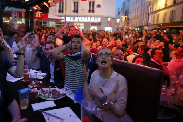 France team soccer fans react during dinner as they gather to watch a live broadcast of the 2014 World Cup Group E soccer match between Ecuador and France at the Maracana stadium in Rio de Janeiro, in Paris, June 25, 2014. REUTERS/Gonzalo Fuentes (FRANCE - Tags: SOCCER SPORT WORLD CUP)