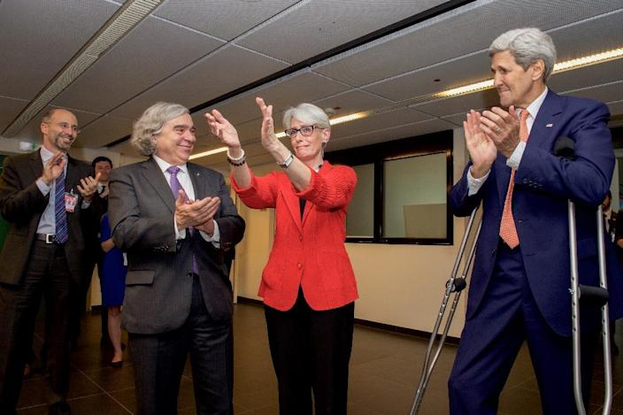 US Secretary of State John Kerry and US Energy Secretary Ernest Moniz (2nd-L)applaud State Department Under Secretary for Political Affairs Wendy Sherman as she thanks members of the US negotiating team in Vienna, Austria, on July 14, 2015 (AFP Photo/)
