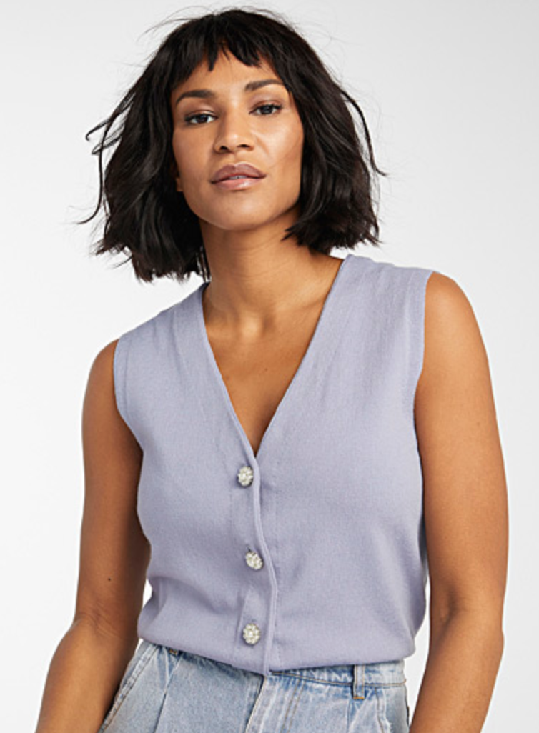 Icône Pearl-Button Vest in Baby Blue (Photo via Simons)