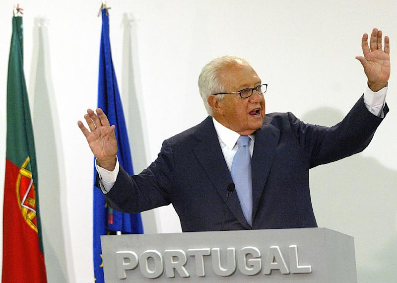 Former Portuguese president Mario Soares waving to supporters during a 2005 press conference in Lisbon (AFP Photo/Francisco Leong)