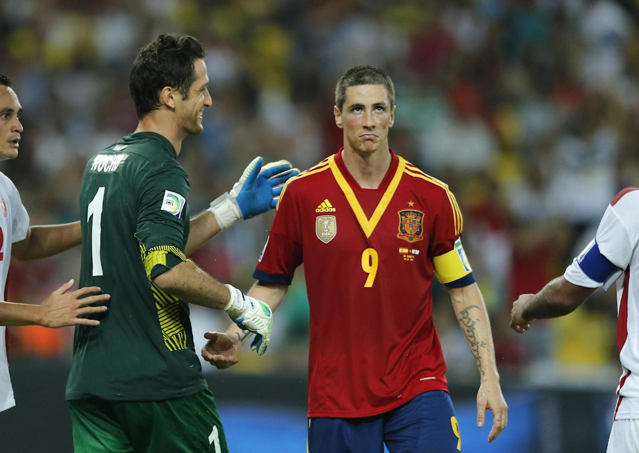 Spain's Fernando Torres, right, shakes hand with Tahiti's Mikael Roche during the soccer Confederations Cup group B match between Spain and Tahiti at Maracana stadium in Rio de Janeiro, Brazil, Thursday, June 20, 2013. (AP Photo/Victor R. Caivano)