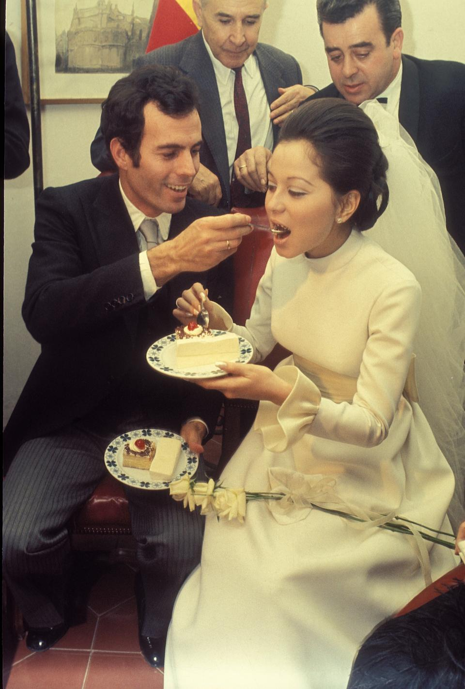 SPAIN - JANUARY 01:  Madrid - Spain - Weddings of the singer Julio Iglesias with Isabel Preysler  (Photo by Gianni Ferrari/Cover/Getty Images)