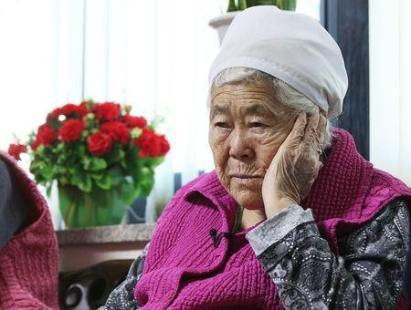 "Former South Korean ""comfort woman"" Lee Ok-sun watches a news report on the result of meeting between foreign ministers of South Korea and Japan at the ""House of Sharing,"" a special shelter for former ""comfort women"", in Gwangju, South Korea, December 28, 2015. REUTERS/Hong Ki-won/Yonhap"