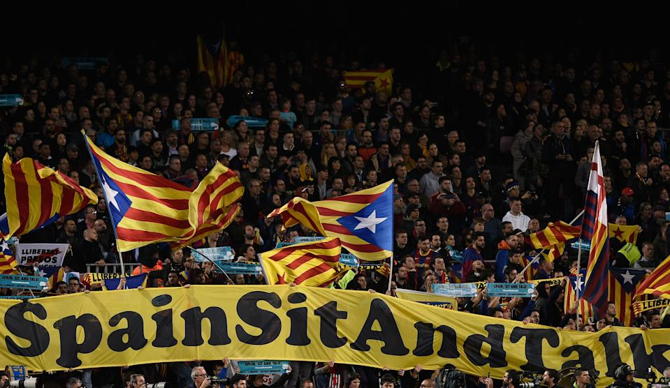 "Pancarta ""Spain, Sit and Talk"" y banderas independentistas catalanas en la grada del Camp Nou"