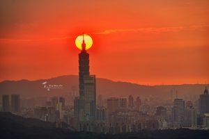 台北101串夕陽奇景。|You've probably seen this photo of a sunset hanging low over Taipei 101 a million times, but still don't know where the picture is taken. (圖|曾倩蘭攝影|Courtesy of Tseng,Chien-Lan)