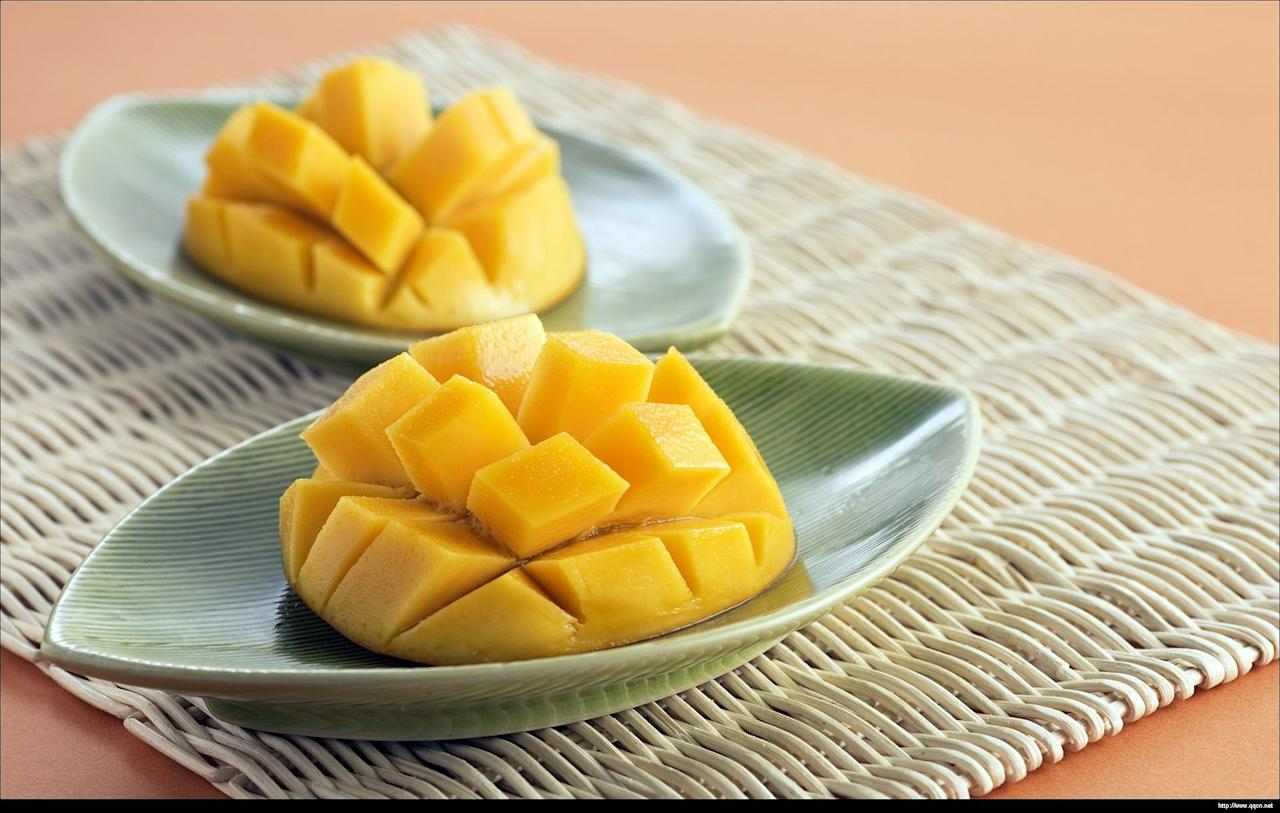 <p>The enzymes within mangoes help in the breakdown of proteins, while high fiber and water levels help maintain regularity. </p>