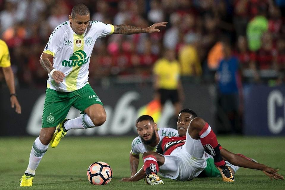 Wellington Paulista, left, of Brazil's Chapecoense vies for the ball with Berrio, right, of Brazil's Flamengo during their 2017 Copa Sudamericana football match in Rio de Janeiro on September 20, 2017 (AFP Photo/Mauro PIMENTEL)