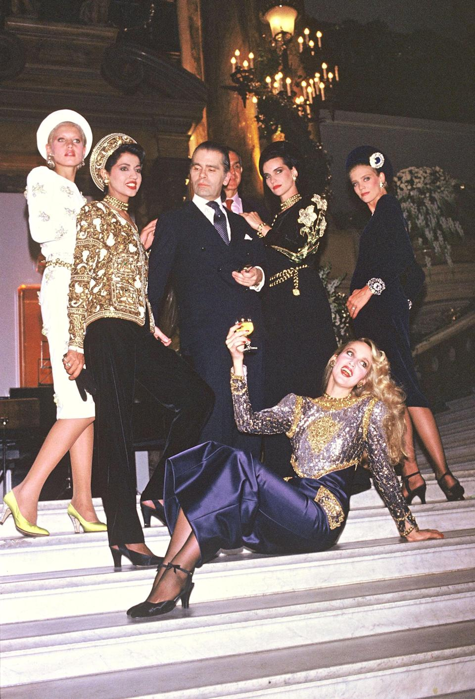 <p>Karl Lagerfeld pictured with supermodels after the 1985/1986 autumn/winter Chanel show in Paris. <em>[Photo: Getty]</em> </p>