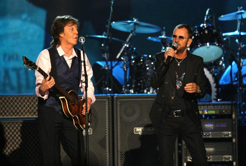 "Paul McCartney y Ringo Starr durante su presentación en el concierto ""The Night that Changed America: A Grammy Salute to the Beatles"" el lunes 27 de enero de 2014. (Foto Zach Cordner/Invision/AP)"
