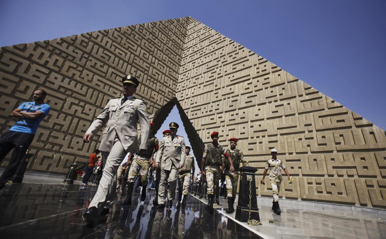 Members of the army walk at the tomb of late President Anwar Sadat during the 40th anniversary of Egypt's attack on Israeli forces in the 1973 war, at Cairo's Nasr City district, October 6, 2013. REUTERS/Amr Abdallah Dalsh (EGYPT - Tags: POLITICS CIVIL UNREST MILITARY ANNIVERSARY)