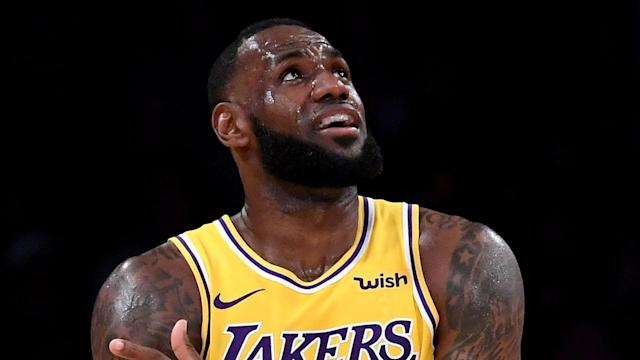LeBron James was unable to prevent the La Lakers from losing to the New York Knicks, but Luke Walton defended the legendary forward.