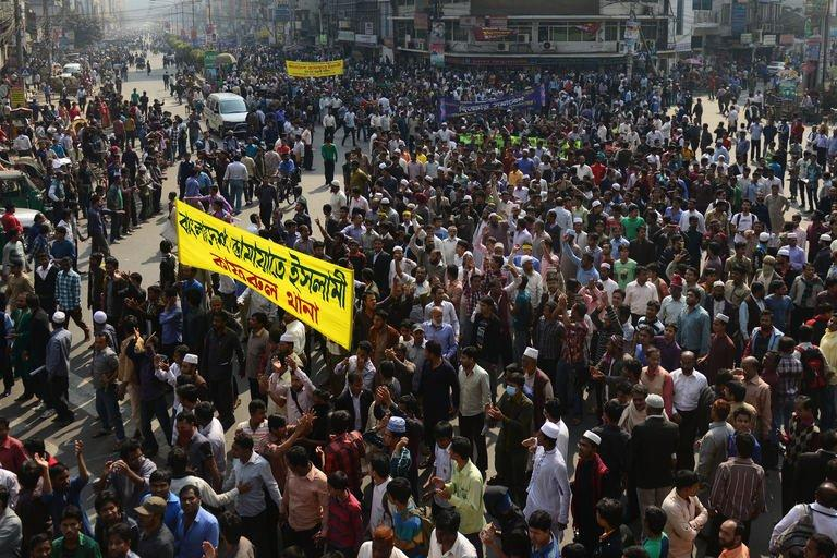Jamaat-e-Islami activists take to the streets during a rally in Dhaka on February 4, 2013