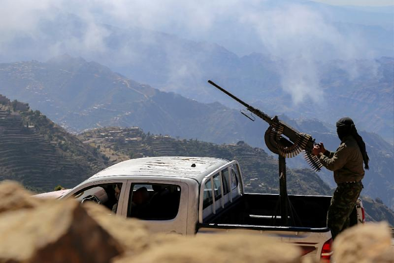 Fighters loyal to Yemen's President Abedrabbo Mansour Hadi stand guard in Taez's Misrakh District on November 26, 2015 (AFP Photo/Ahmed al-Basha)