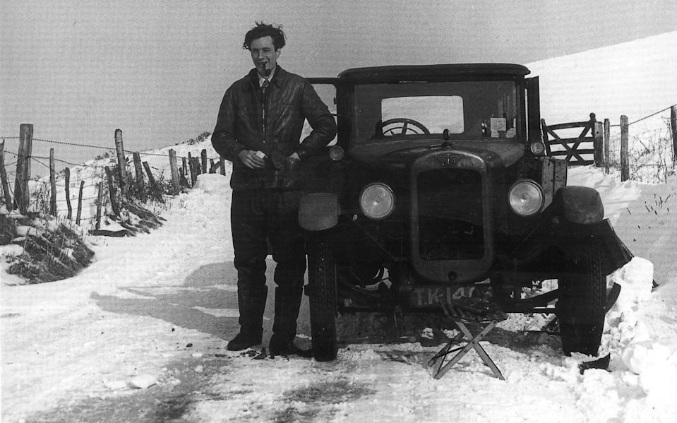 Leslie Marr painting in the snow near Pulverbatch, Shropshire, 1953 - Ian Collins