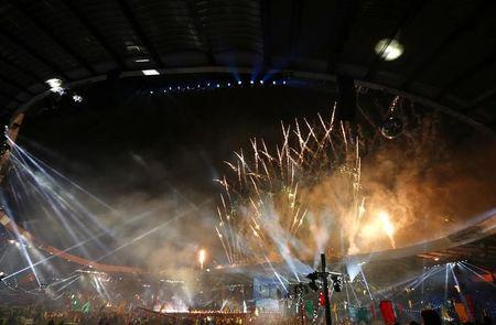 Fireworks explode during the closing ceremony of the 2014 Commonwealth Games at Hampden Park in Glasgow, Scotland August 3, 2014. REUTERS/Phil Noble