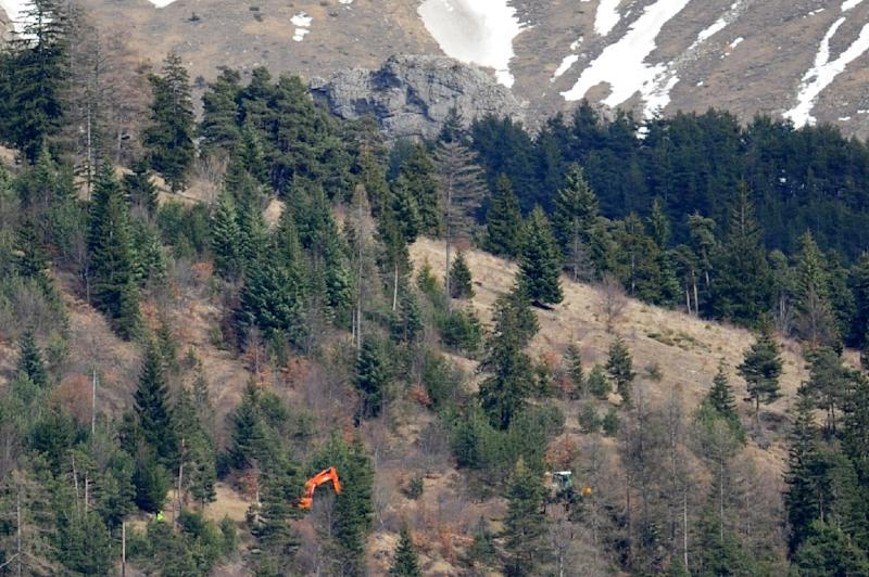 Machines work to make a path up to the crash site on March 29, 2015 in Seyne-les-Alpes (AFP Photo/Jean-Pierre Clatot)