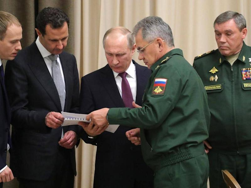 Mr Assad and Mr Putin study military plans in Sochi (Kremlin)