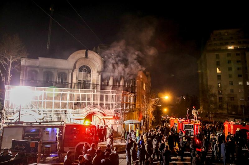 Iranian protesters set fire to the Saudi embassy in Tehran during a demonstration against the execution of prominent Shiite Muslim cleric Nimr al-Nimr by Saudi authorities, on January 2, 2016 (AFP Photo/Mohammadreza Nadimi)