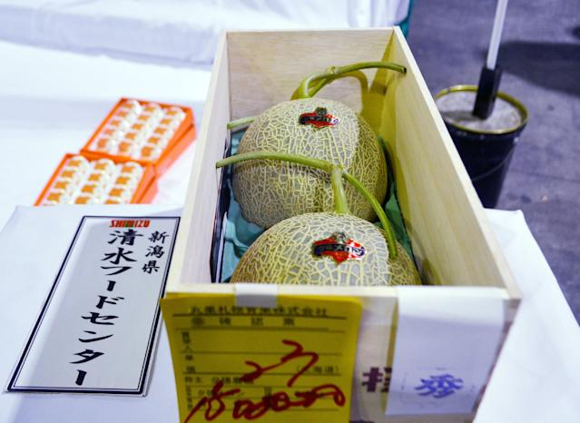 Este par de melones Yubari se vendieron en 12,400 dólares en el 2015. Foto: JIJI Press /AFP via Getty Images