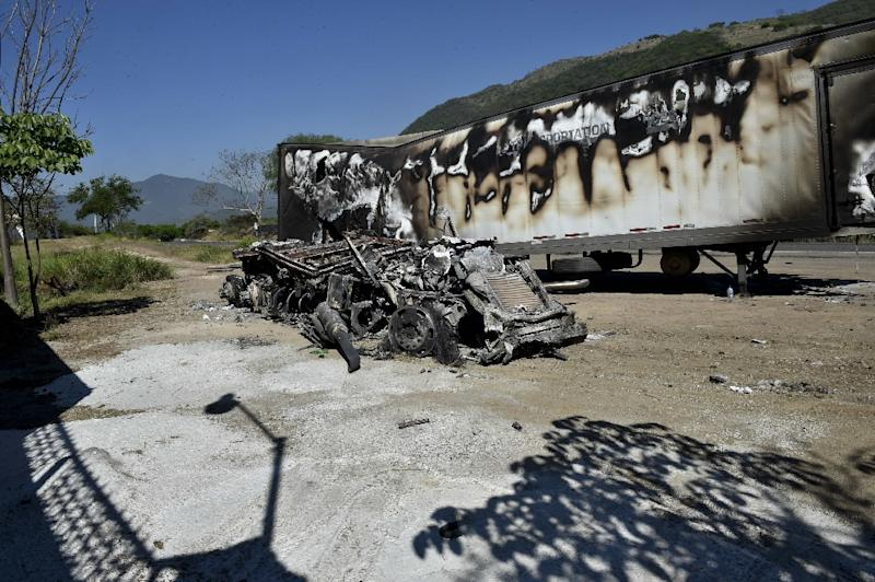 This May 2, 2015, photo shows a truck that was torched by gunmen during a wave of violence the day before in Autlan, Jalisco State, Mexico (AFP Photo/Yuri Cortez)