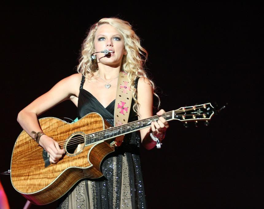 Taylor Swift plays the guitar