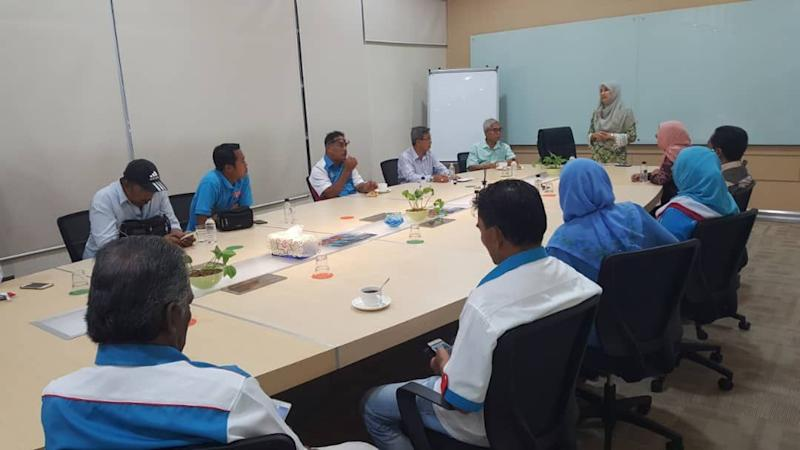 PKR vice-president Nurul Izzah Anwar briefing the Johor PKR leadership upon her arrival at the Senai International Airport in Johor Baru last night. — Picture courtesy of Johor Pakatan Harapan source