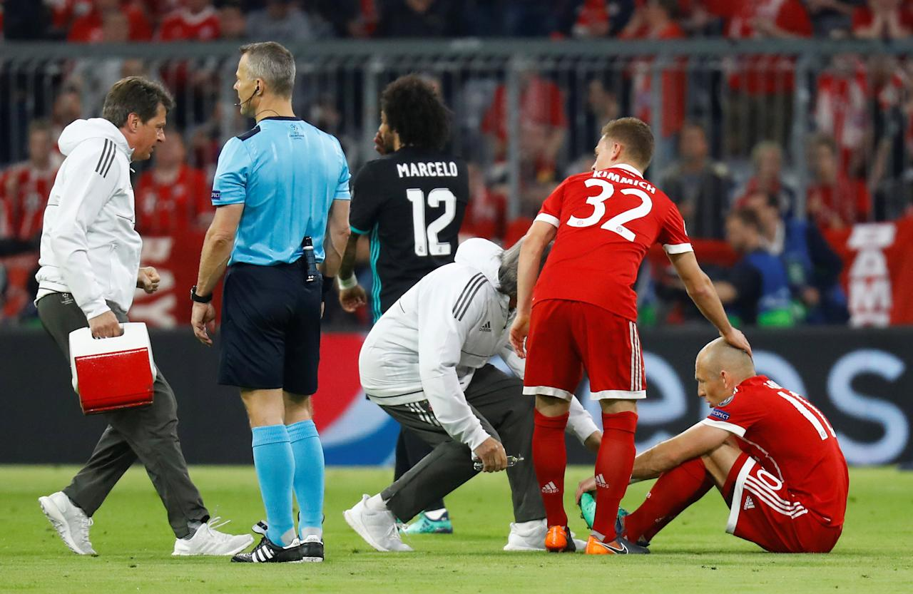 Soccer Football - Champions League Semi Final First Leg - Bayern Munich vs Real Madrid - Allianz Arena, Munich, Germany - April 25, 2018   Bayern Munich's Arjen Robben receives medical attention   REUTERS/Kai Pfaffenbach
