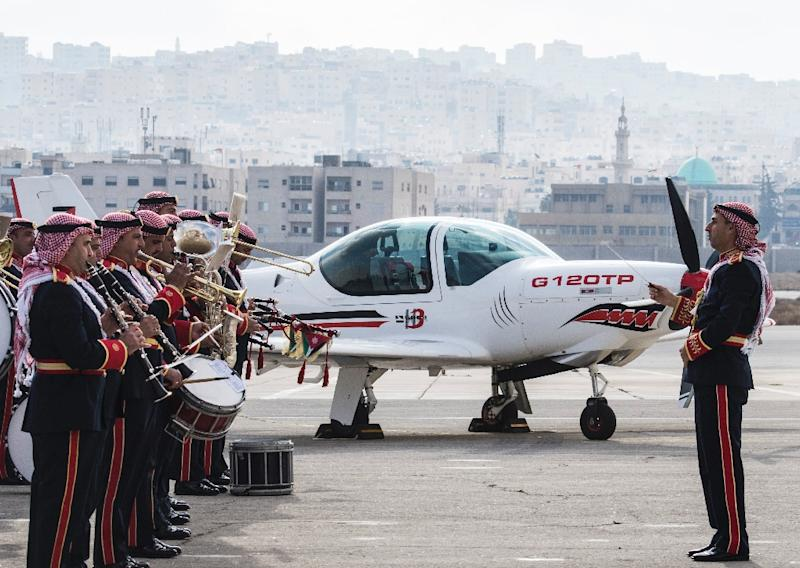 A Jordanian military band plays in front of a German GROB G 120TP training aircraft at a ceremony in Jordan on January 14, 2018 during a visit by the German defence minister (AFP Photo/John MACDOUGALL)