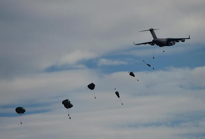 American 82th Airborne Division jump from a plane during the NATO's Trident Juncture Exercise at San Gregorio training ground near Zaragoza, Spain, on November 4, 2015 (AFP Photo/Pierre-Philippe Marcou)