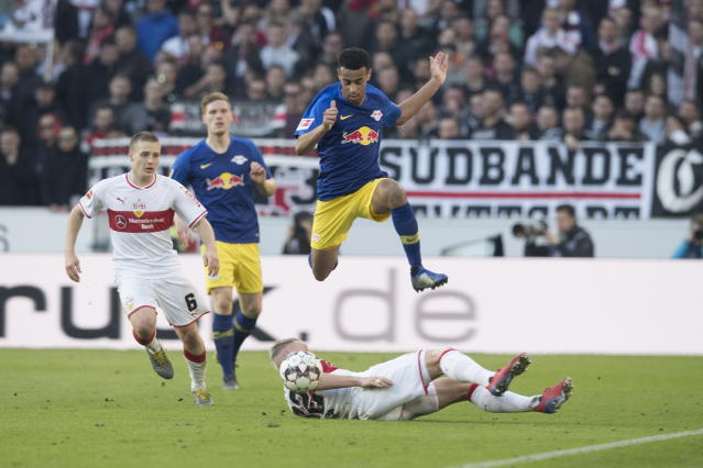"""<a class=""""link rapid-noclick-resp"""" href=""""/soccer/teams/rb-leipzig/"""" data-ylk=""""slk:RB Leipzig"""">RB Leipzig</a>'s <a class=""""link rapid-noclick-resp"""" href=""""/ncaaf/players/276855/"""" data-ylk=""""slk:Tyler Adams"""">Tyler Adams</a> (top) eludes Stuttgart's <a class=""""link rapid-noclick-resp"""" href=""""/soccer/players/375123/"""" data-ylk=""""slk:Andreas Beck"""">Andreas Beck</a> before setting up teammate&nbsp; <span>Yussuf Poulsen's second goal. (EFE/Andreas Schaad)</span>"""