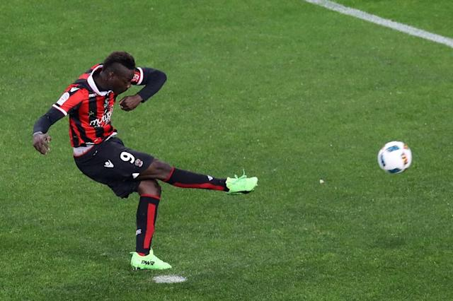 Nice's forward Mario Balotelli shoots a penalty kick to score a goal against Bordeaux on April 2, 2017 (AFP Photo/VALERY HACHE)