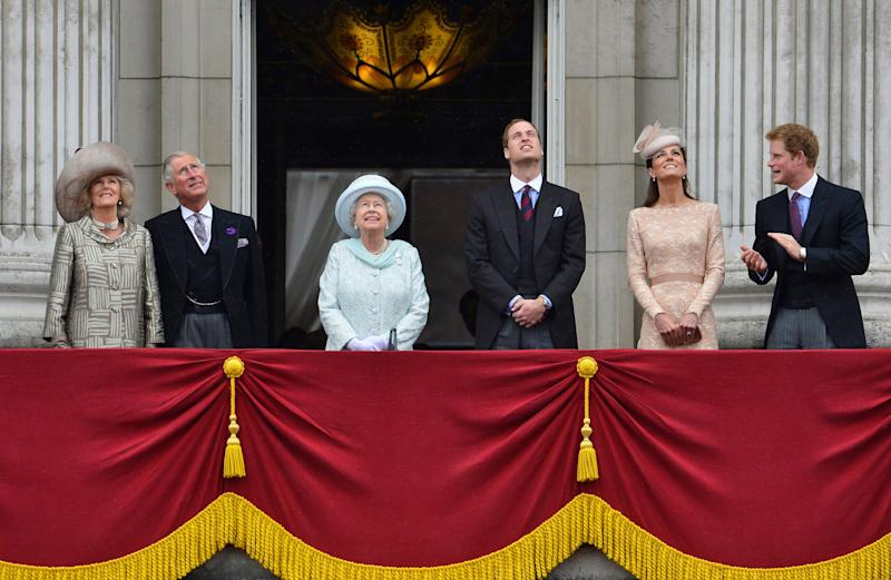 Britain's Queen Elizabeth (3rd L) looks up during a fly past as she stands with (L-R) Camilla, Duchess of Cornwall, Prince Charles, Prince William, Catherine, Duchess of Cambridge and Prince Harry on the balcony of Buckingham Palace in London June 5, 2012. Cheering crowds thronged the streets of London on Tuesday for the grand finale to four days of festivities marking the Queen's Diamond Jubilee attended by millions across Britain. REUTERS/Toby Melville (BRITAIN - Tags: ANNIVERSARY SOCIETY ROYALS ENTERTAINMENT) (Photo: Toby Melville / Reuters)