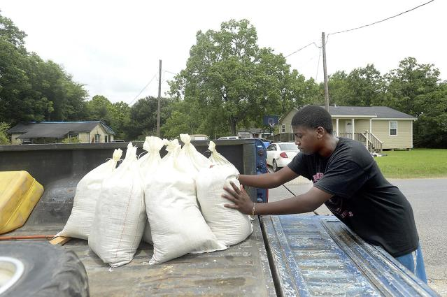 <p>Keiyon Martin, 13, organizes the sandbags he and his cousin filled for their families' homes in Cheek after filling them at the Jefferson County Precinct 4 Service Center on June 20, 2017. (Photo: Kim Brent/Beaumont Enterprise via AP) </p>