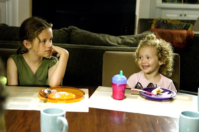 Iris Apatow, right, sits beside older sister Maude in the 2007 film <em> Knocked Up.</em> (Photo: Everett Collection)