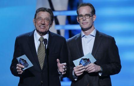 Former New York Jets quarterback Joe Namath (L) and Fox TV announcer Joe Buck introduce the class of 2014 Pro Football Hall of Fame inductees during the NFL Honors award show in New York February 1, 2014. REUTERS/Carlo Allegri