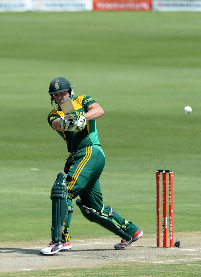 CENTURION, SOUTH AFRICA - DECEMBER 11: AB de Villiers of South Africa pulls a delivery during the 3rd Momentum ODI match between South Africa and India at SuperSport Park on December 11, 2013 in Centurion, South Africa. (Photo by Duif du Toit/Gallo Images/Getty Images)