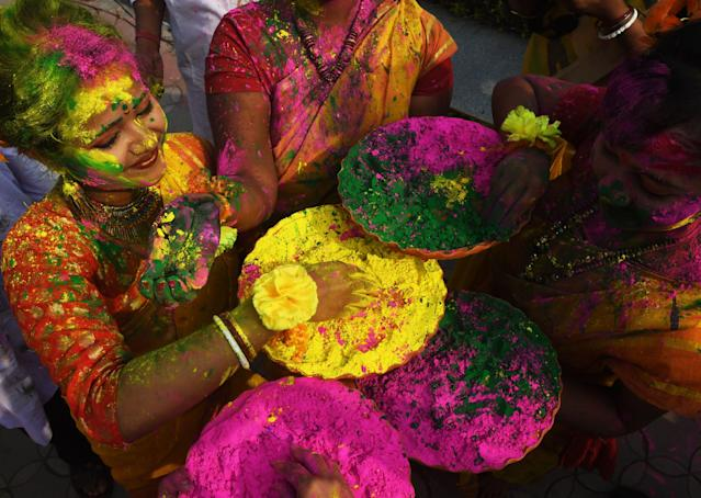 <p>Indian students play with coloured powders to celebrate Holi festival in Kolkata on March 1, 2018.<br> (Photo: Dibyangshu Sarkar/AFP/Getty Images) </p>