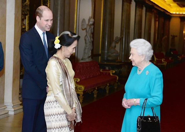 <p>Britain's Queen Elizabeth and the Prince William greet Burma's de facto leader Aung San Suu Kyi ahead of a private lunch at Buckinham Palace in London, May 5, 2017. (Photo: John Stillwell/Reuters) </p>