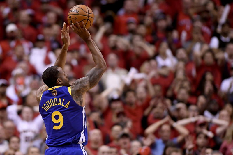 Andre Iguodala, de los Warriors de Golden State, intenta un tiro en el segundo partido de la final de la NBA ante los Raptors de Toronto, el domingo 2 de junio de 2019, en Toronto. (Frank Gunn/The Canadian Press via AP)