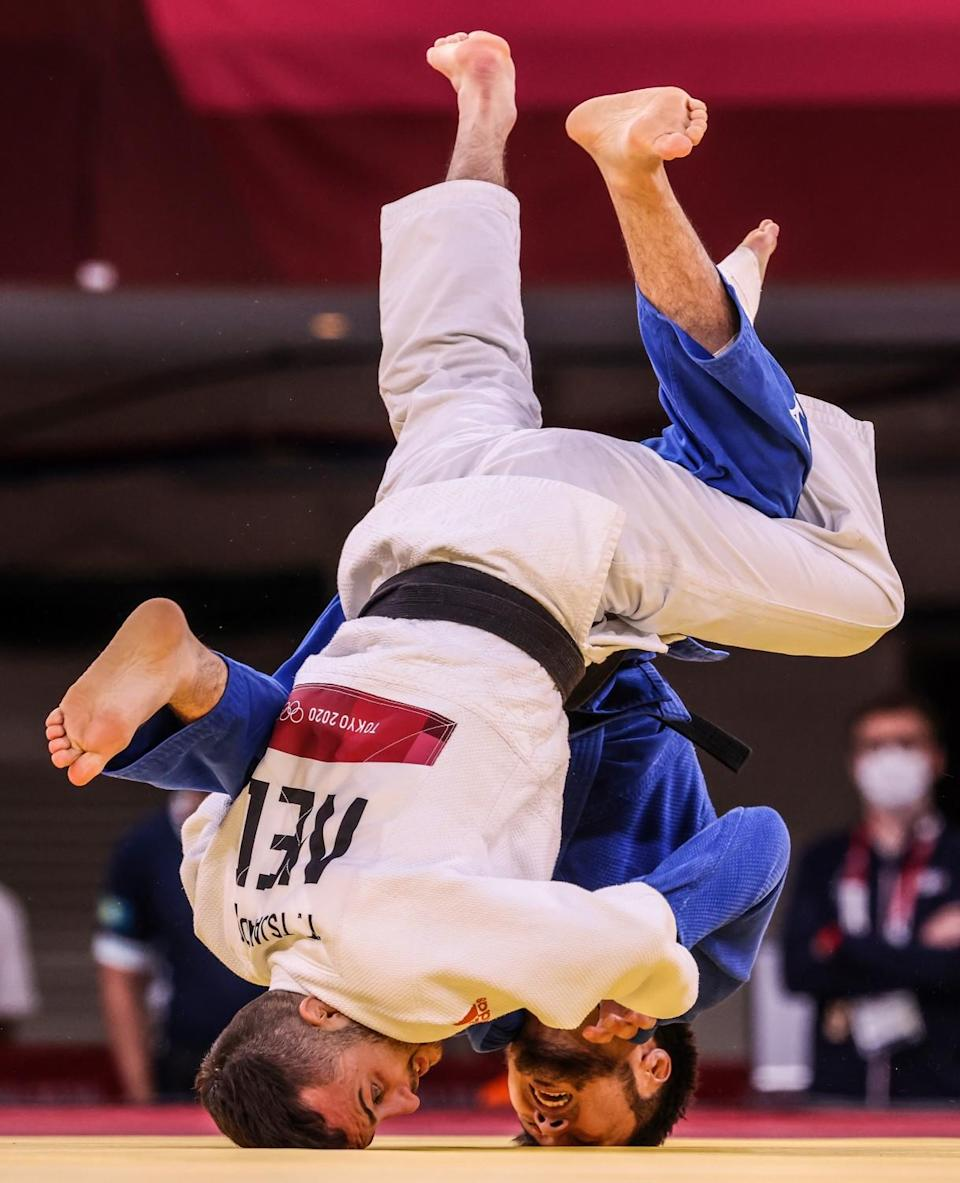 Yeldos Smetov, right and Tornike Tsjakadoea battle for the bronze medal.