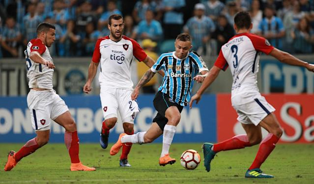 Soccer Football - Brazil's Gremio v Paraguay's Cerro Porteno - Copa Libertadores - Arena do Gremio stadium, Porto Alegre, Brazil - May 1, 2018. Everton of Gremio in action against Cerro Porteno. REUTERS/Diego Vara