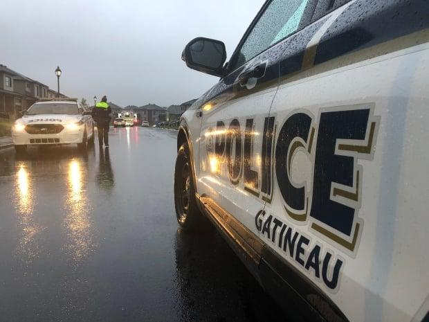 Gatineau police closed off rue de Dunkerque to traffic on Sept. 22 after they discovered the bodies of a man and two children. (Christian Milette/Radio-Canada - image credit)