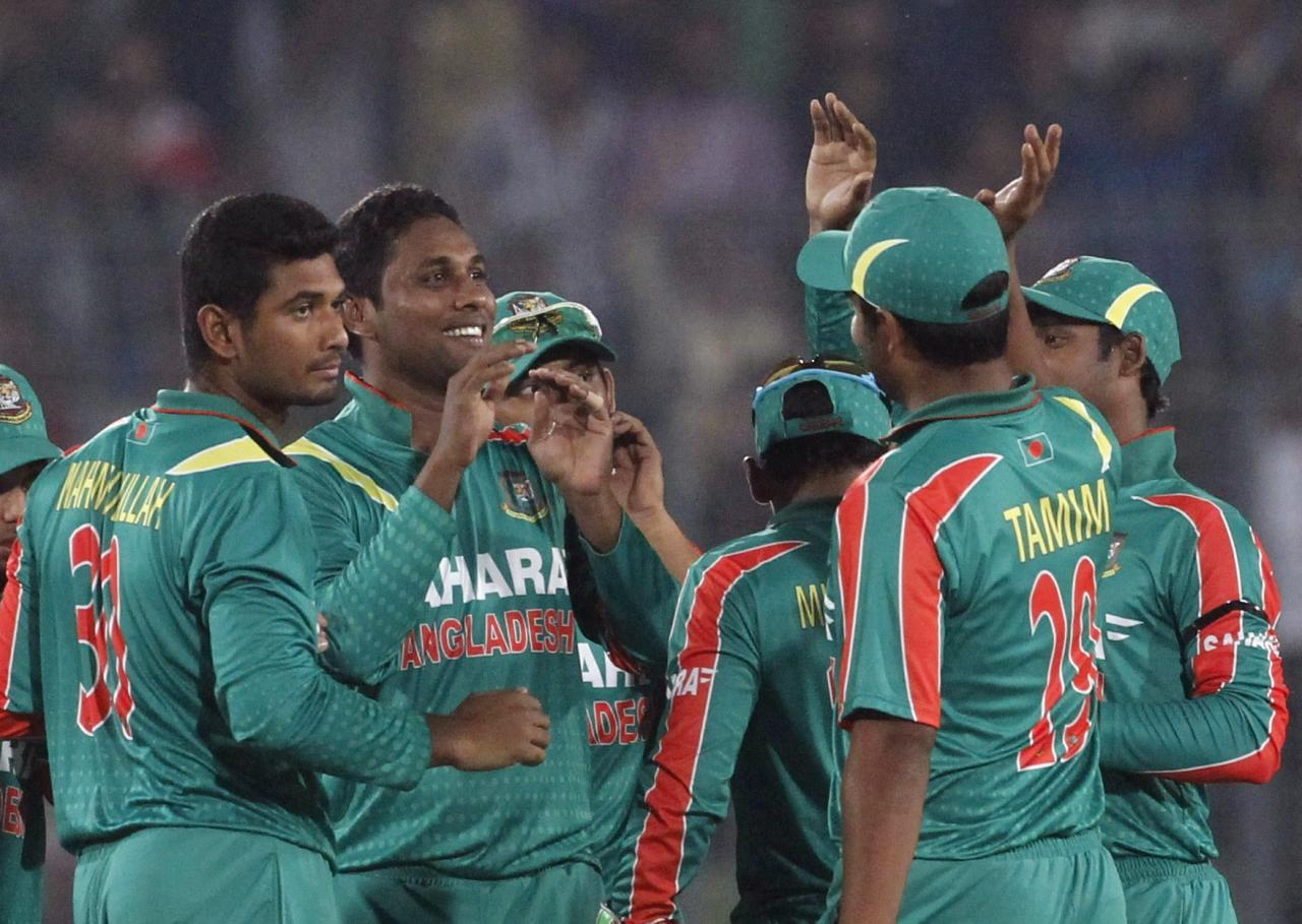 Bangladesh's fielders congratulate Sohag Gazi (2nd L) after he successfully dismissed New Zealand's Hamish Rutherford during their first one-day international (ODI) cricket match in Dhaka October 29, 2013. REUTERS/Andrew Biraj (BANGLADESH - Tags: SPORT CRICKET)