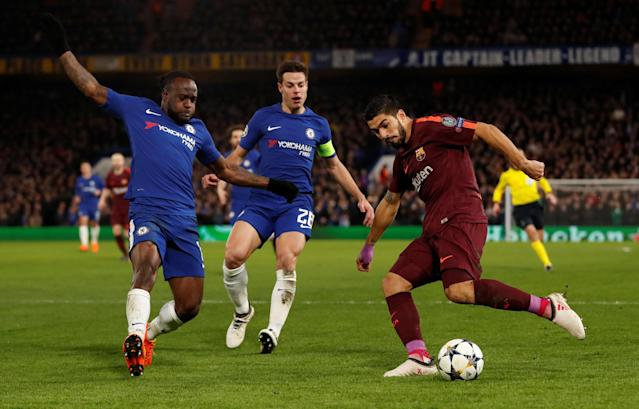 Soccer Football - Champions League Round of 16 First Leg - Chelsea vs FC Barcelona - Stamford Bridge, London, Britain - February 20, 2018 Barcelona's Luis Suarez in action with Chelsea's Victor Moses and Cesar Azpilicueta (C) Action Images via Reuters/Andrew Boyers