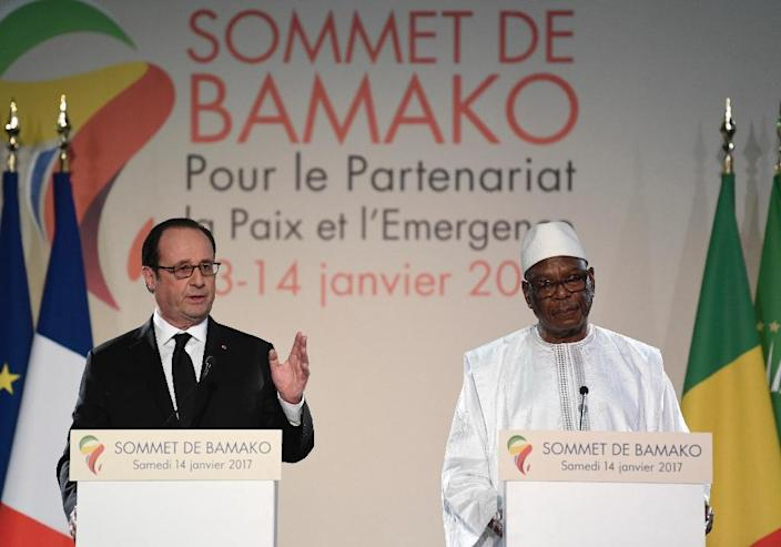 French President Francois Hollande (L) and Malian President Ibrahim Boubacar Keita give a joint press conference following the Africa-France summit in Bamako on January 14, 2017 (AFP Photo/STEPHANE DE SAKUTIN)