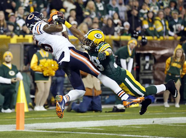 Chicago Bears' Brandon Marshall catches a touchdown pass with Green Bay Packers' Tramon Williams (38) covering during the first half of an NFL football game Monday, Nov. 4, 2013, in Green Bay, Wis. (AP Photo/Jeffrey Phelps)
