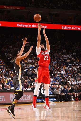 OAKLAND, CA - APRIL 7: Anthony Davis #23 of the New Orleans Pelicans shoots the ball against the Golden State Warriors on April 7, 2018 at ORACLE Arena in Oakland, California. (Photo by Noah Graham/NBAE via Getty Images)